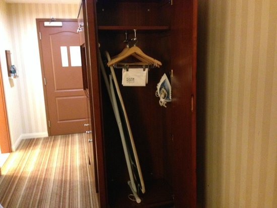 Four Points by Sheraton Ontario-Rancho Cucamonga: Closet