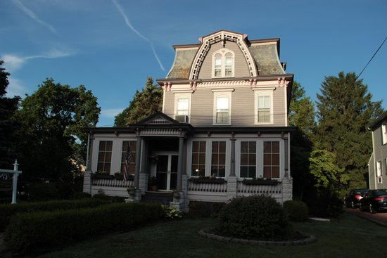 Riverside Victorian Bed & Breakfast : view from the road