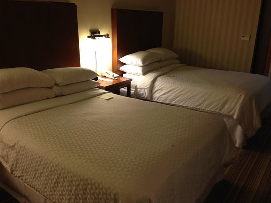 Four Points by Sheraton Ontario-Rancho Cucamonga: Bed