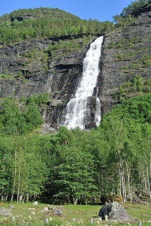Vassbakken Kro & Camping AS: La cascade en face du site