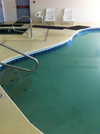 La Quinta Inn & Suites Wytheville : mats between pool and hot tub to prevent slipping:  didn't work