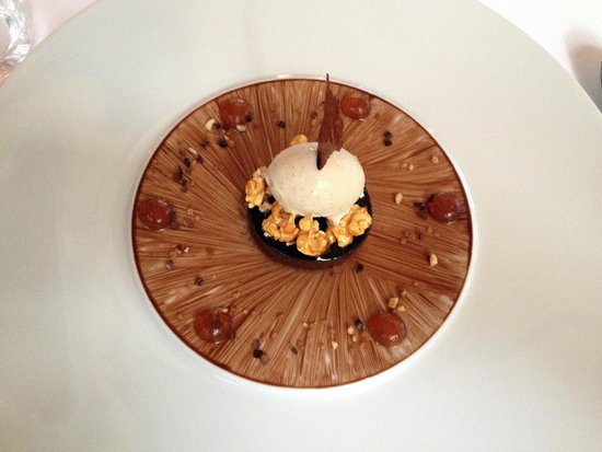 Bellevue: chocolate mouse and ice creme with caramel sauce