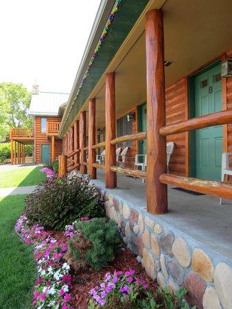 John Hall's Alaskan Lodge : Outside View of Standard Rooms