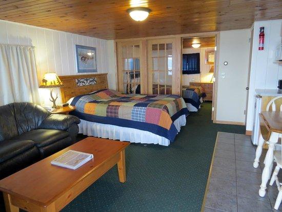 John Hall's Alaskan Lodge : Standard- 2 Queen Room W/ Kitchenette