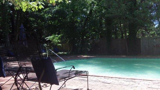 Cooper's Landing Inn : Pool side.