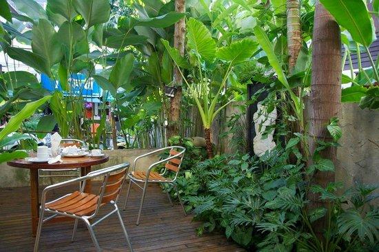 Vieng Mantra Hotel: Un bout de la terrasse de l'hôtel