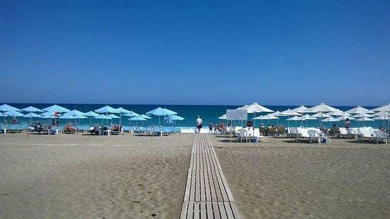Minos Mare Hotel: La plage de l'hôtel