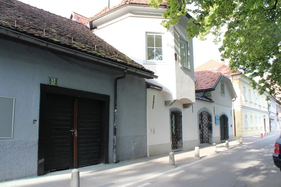 Most Hostel: 宿の前の通り。右奥の建物に「H2Hostel」の青い看板