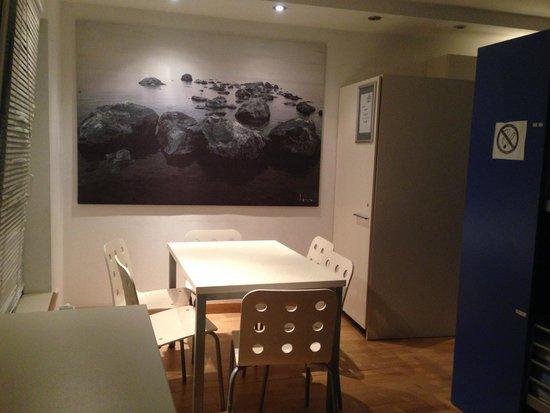 Most Hostel: 右がキッチンでその前にあるテーブル