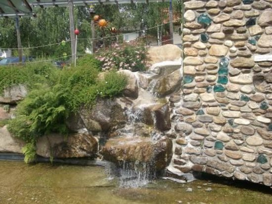 Weinfurtner Glasdorf: Kleiner Wasserfall