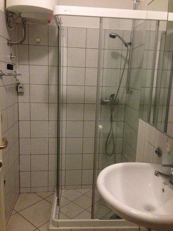 Most Hostel : 左上のタンクがシャワー用のお湯