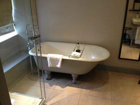 The Wheatsheaf Inn: Room 15 en suite bath