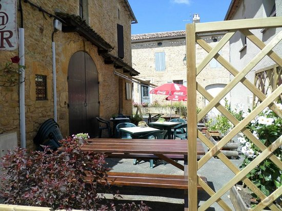 Vue d'ensemble de la terrasse de la crêperie La Cyber Taverne