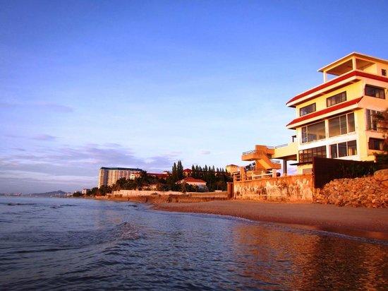 Devasom Hua Hin Resort: Look down the beach