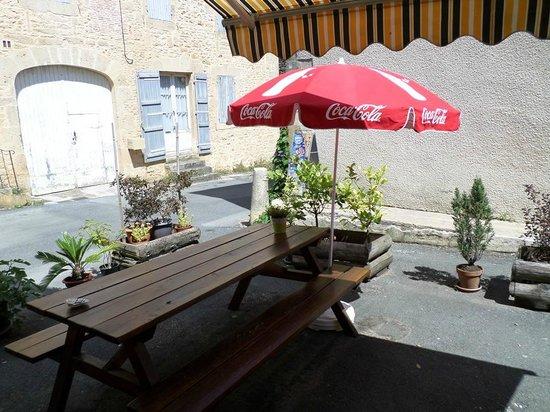 Calme et reposante, la terrasse de La Cyber Taverne