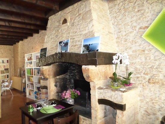 Restaurant crêperie La Cyber Taverne, salle chaleureuse, cheminée et espace détente