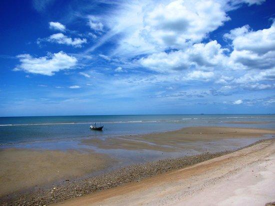 Devasom Hua Hin Resort: Lonely boat
