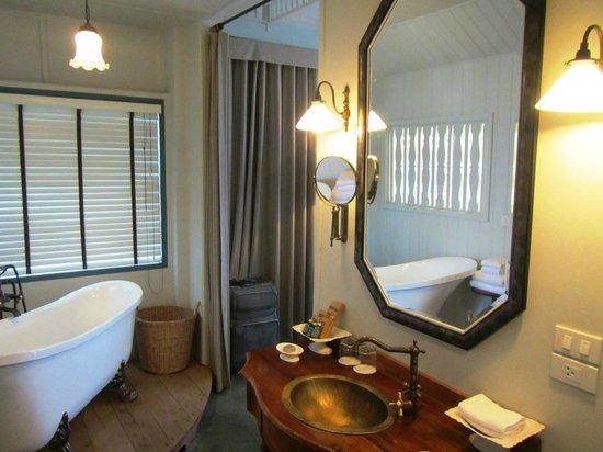 Devasom Hua Hin Resort: roomy bathroom
