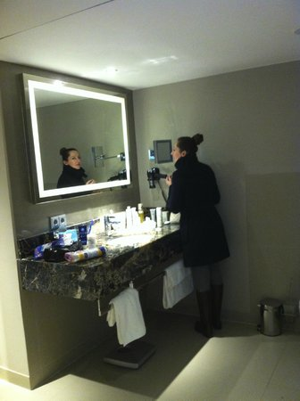 Steigenberger Hotel Drei Mohren: Ванная комната, прекрасное зеркало, хороший душ