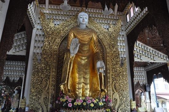 Dharmikarama Burmese Temple : the big standing Buddha