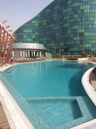 Hilton Capital Grand Abu Dhabi: Außen Pool bereich