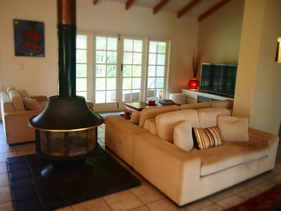 Llewellin's Guest House: Warm and Cosy Common area with Fireplace