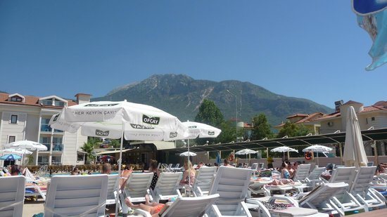 Aes Club Hotel: View from the pool of the surrounding mountains.