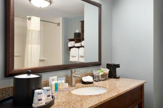 Hampton Inn & Suites Outer Banks / Corolla: Guestroom Bathroom