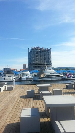 The Coeur d'Alene Resort: View of hotel from far side of dock