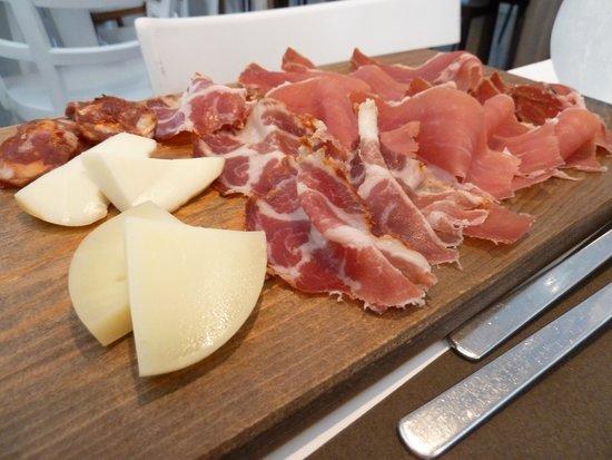 Tintobrace : Lo splendido tagliere di salumi e formaggi