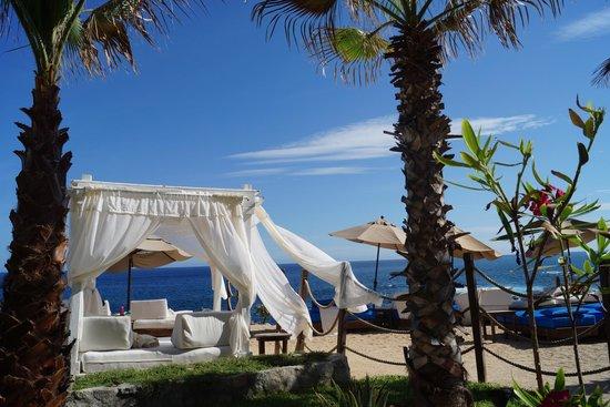 Hacienda Encantada Resort & Residences: Camastros con vista al mar