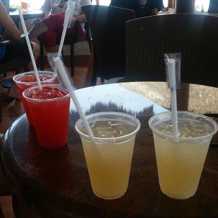 Torres Mazatlan Resort: Happy Hour at the bar!
