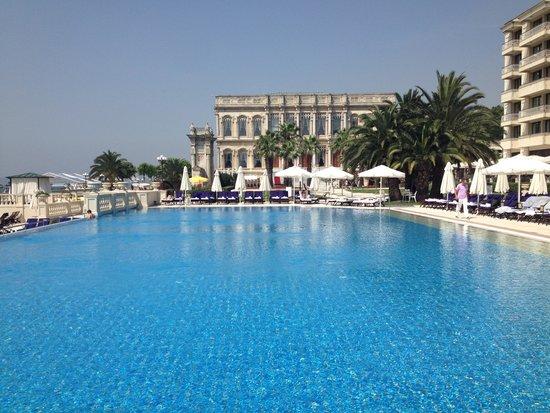 Ciragan Palace Kempinski Istanbul: Am Pool