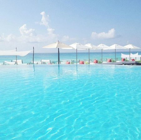 ME Cancun : Infinity Pool and Lounge Area