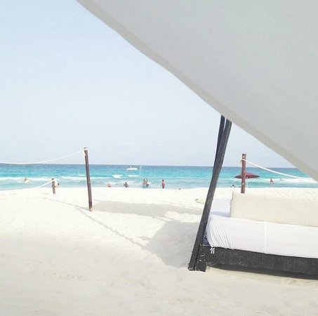 ME Cancun : Bali Beds on the Beach