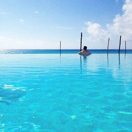 ME Cancun : Boyfriend in Infinity Pool