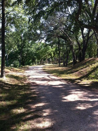 Tres Rios RV & Campground: Walk along the Brazos on this shady trail!