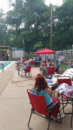 Tres Rios RV & Campground: Everyone enjoying themselves down by the pool!