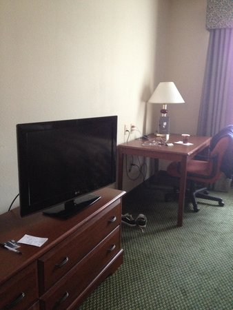 Country Inn & Suites by Radisson, Harrisburg West, PA: Hotel Room Desk & TV
