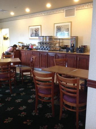 Country Inn and Suites Harrisburg West: Complimentary Breakfast Room #2