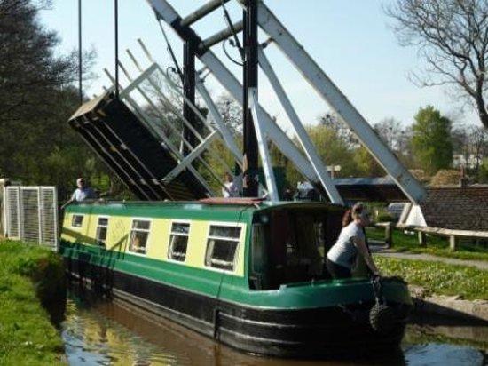 Hawthorns Bed and Breakfast: Talybont on Usk lift bridge