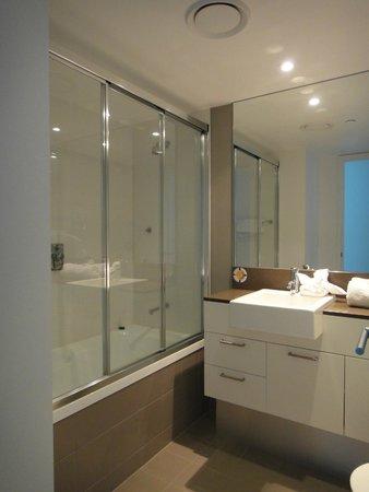 Artique Surfers Paradise : Shared Bathroom