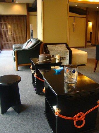 Nishiyama Ryokan : Sala accanto alla reception con angolo per la cerimonia del te