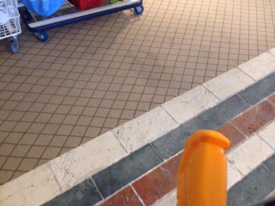 Gran Melia Don Pepe : Tapis couloirs sales et usées