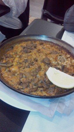 Arros I Peix: Paella de bacalao.