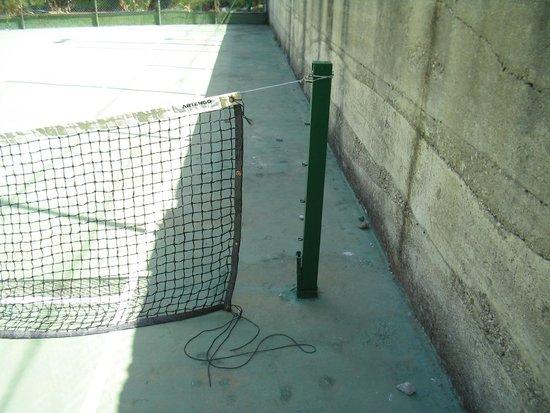 Villaggio Turistico Parco Elena: Campo da tennis con rete malandata