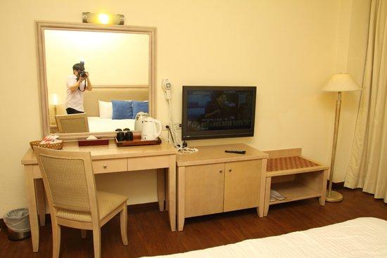 Sun-Link-Sea Hotel: 房間梳妝台電視