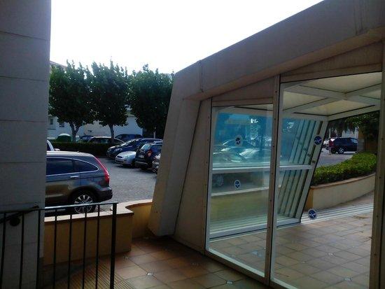 Prestige Coral Platja : Piscine entre route et parking