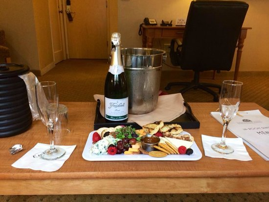 Ambassador Hotel: Cheese plate and Champagne