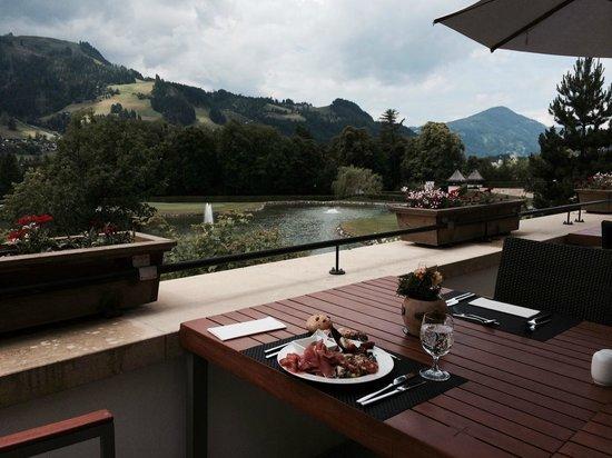 A-ROSA Resort Kitzbuehel: Vista sui laghetti dalla terrazza del ristorante